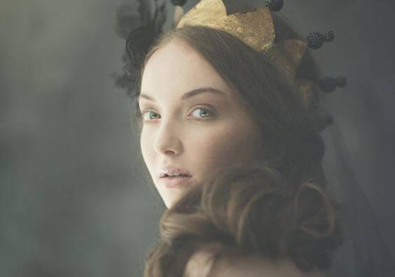 王冠をつけた女性