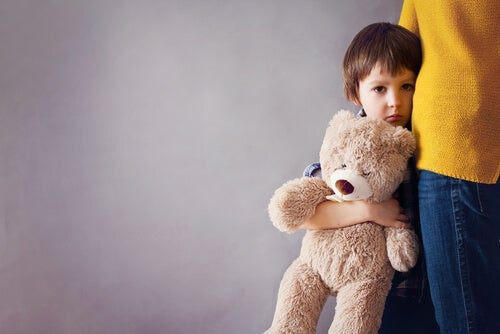 クマのぬいぐるみを抱く子供