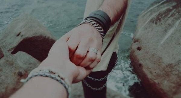 手をつなぐ一人
