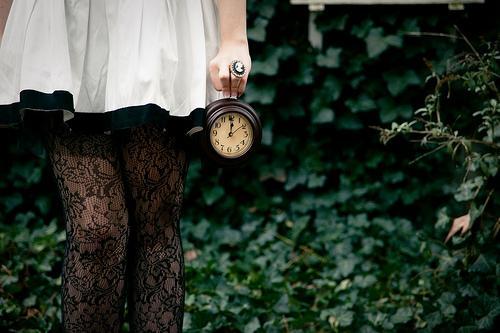 懐中時計を手にする人