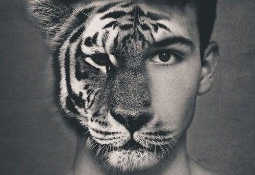 顔の半分が虎の男性