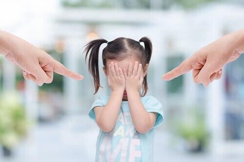 子供を指さす有害な親