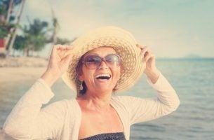 海辺の女性50代