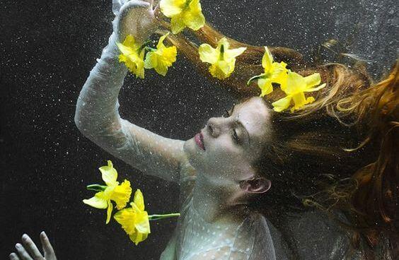 水中の女性と黄色い花