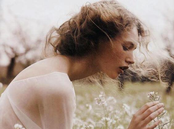 花を愛でる女性