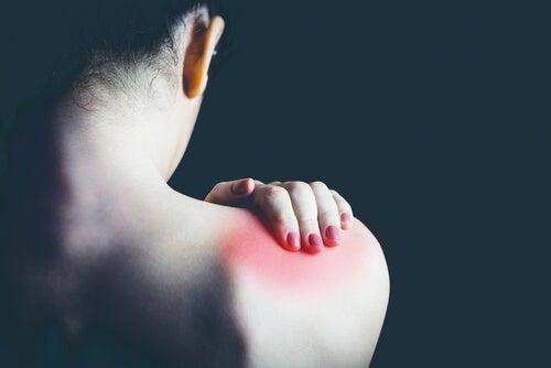 肩に痛みを感じる女性
