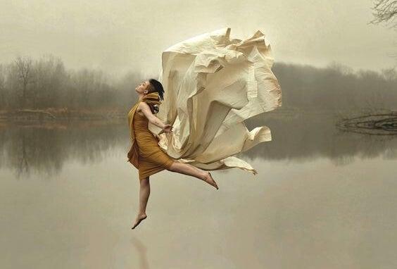 湖の上で踊る女性