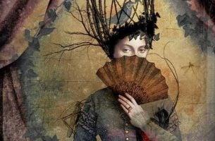 扇で顔を隠す女性