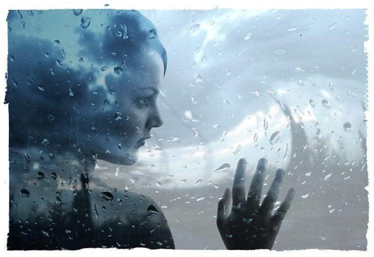 窓ガラスの向こうの女性