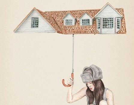 屋根の傘をさす女性