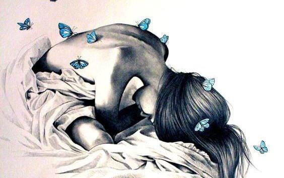 女性の背中に留まる青い蝶