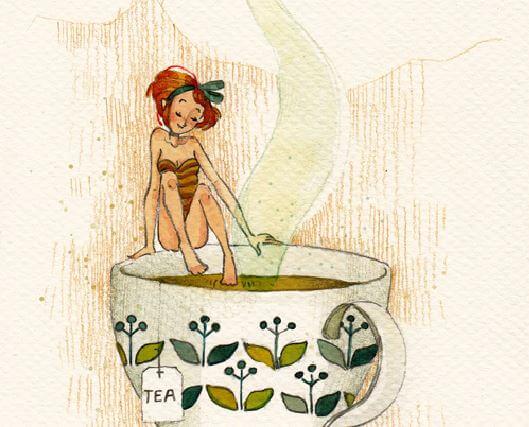 カップのお風呂に入る女性