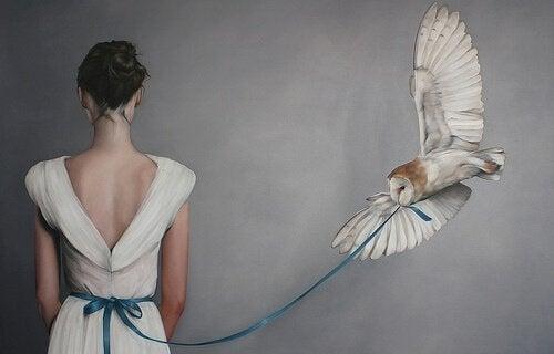 フクロウと青いリボンの女性