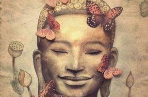 仏像の顔と蝶