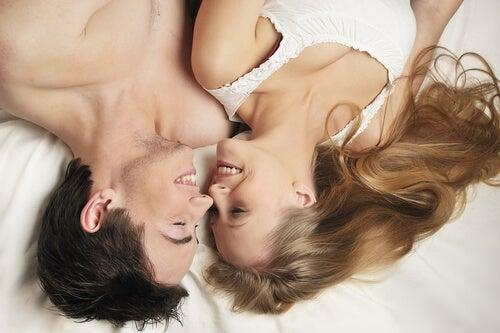 ベッドでほほ笑みあうカップル