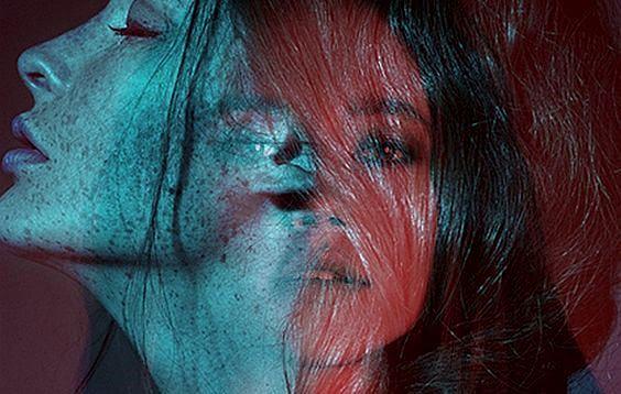青と赤の女性