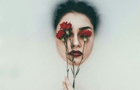 バラをかざした顔