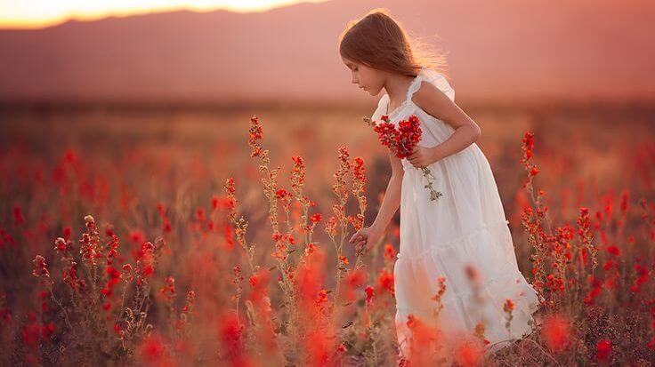 赤い花を摘む少女
