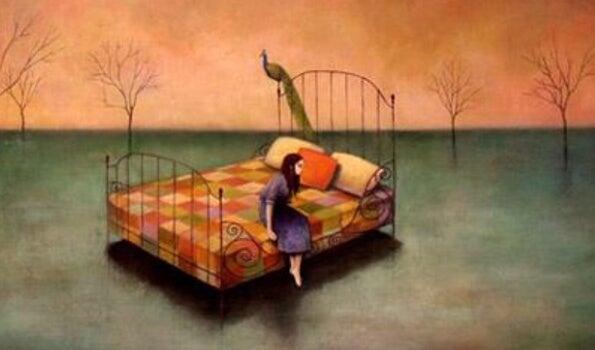 ベッドのふちに座る少女