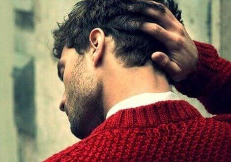 赤いセーターの男性