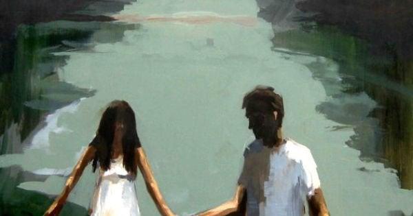 手をつなぐカップルの後ろ姿