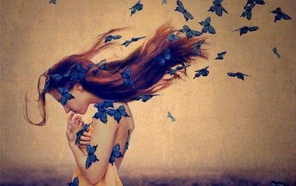 青い蝶に覆われた女性