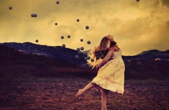 空に向かって踊る女性