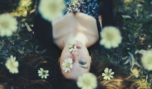 女性と白い花