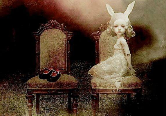 ウサギの耳をつけた白い少女