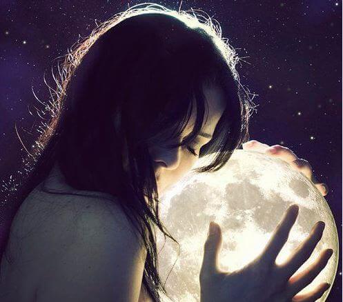 月を抱く女性