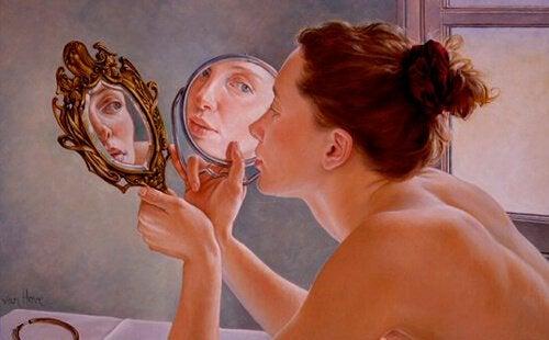 二つの手鏡を覗く女性