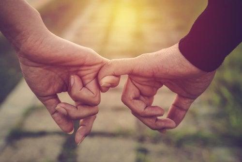 小指を結ぶ