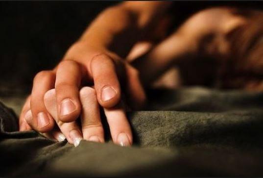 ベッドで手を取る二人