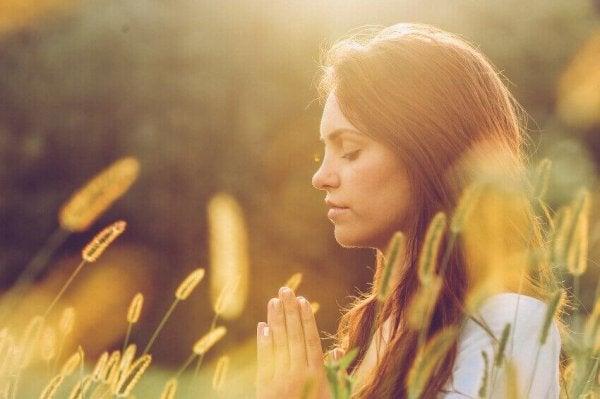 草原で瞑想する人