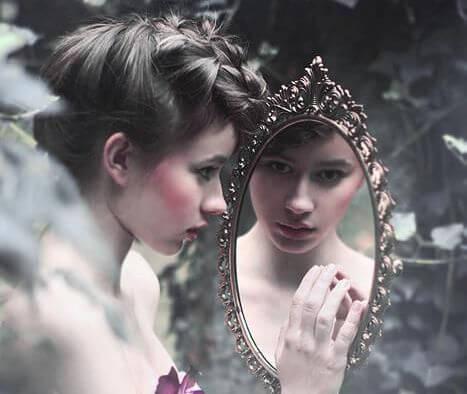 鏡をのぞく女の子