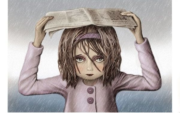 新聞紙で雨をしのぐ少女