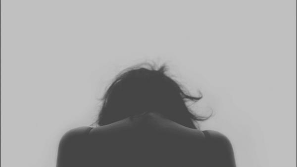 落ち込んだ女性の後ろ姿