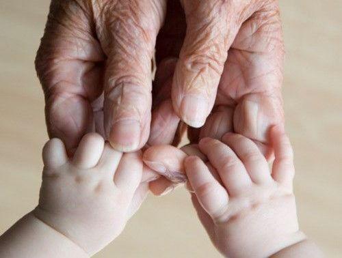 老人と赤ちゃんの手