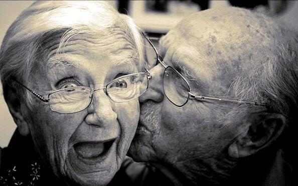 老人夫婦のキス