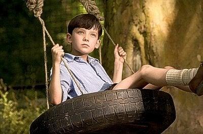 ブランコに乗る男の子