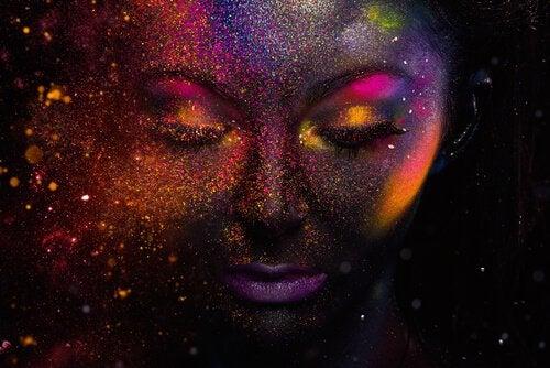 宇宙に浮かぶ女性の顔