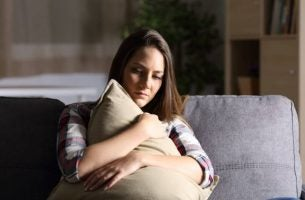枕を抱く女性