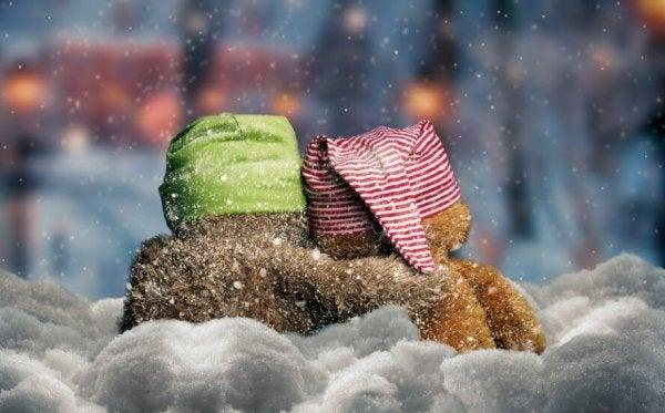 雪と帽子をかぶった動物