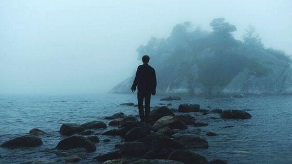 海の岩の上を歩く人