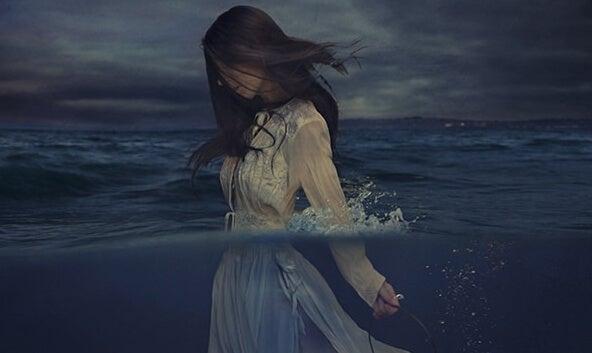 海に沈む女性