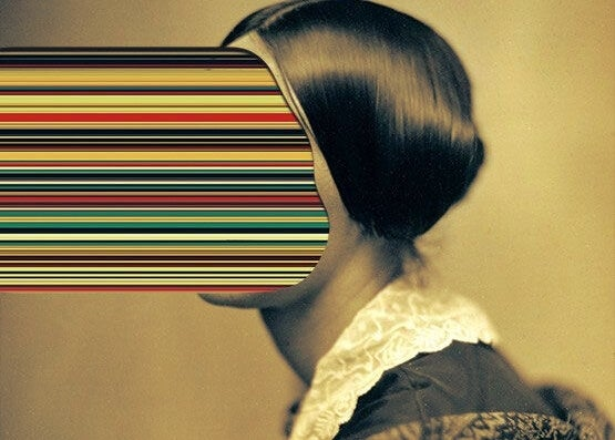 顔が7色の線の女性