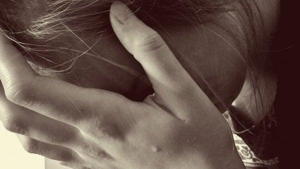 泣いている女の手