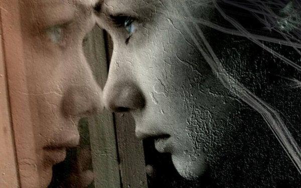 鏡を凝視する女性