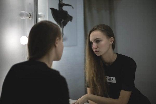 女性と鏡と悲しみ