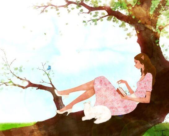 木の上で読書する女性
